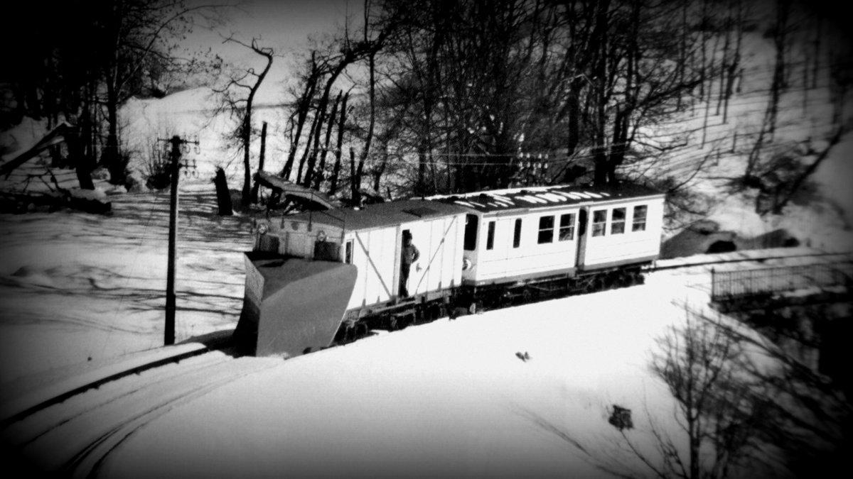 Classe de neige des CM2 2016 – Vendredi 5 février 2016… Le petit train jaune équipé de son célèbre chasse-neige… Hiver 56